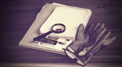 lente guanti e vecchi fascicoli investigativi