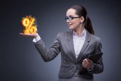 donna affari che mostra percentuale provvigione