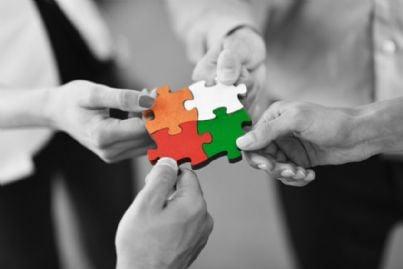 mani che uniscono pezzi di un puzzle per sostenersi