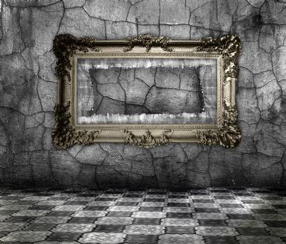 cornice di un quadro rubato su una parete