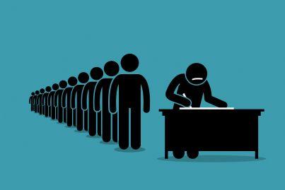 persone in fila per raccolta firme