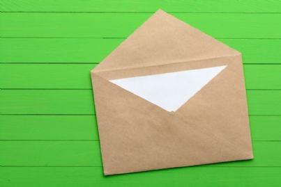 busta da lettera su sfondo verde