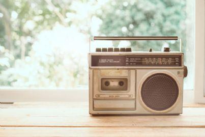 una vecchia radio sul davanzale