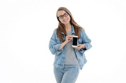 ragazza che mostra telefono