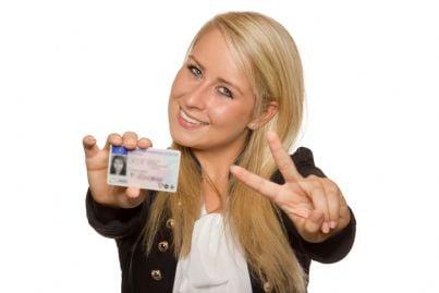 ragazza mostra la propria patente di guida