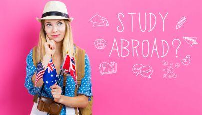 ragazza con bandiere straniere che pensa dove studiare estero