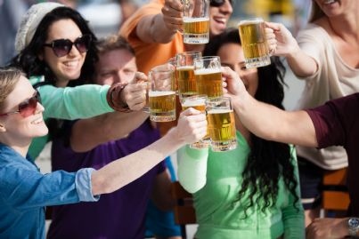 ragazzi che bevono birra per strada