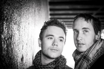 coppia di ragazzi gay tristi e preoccupati