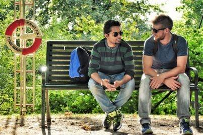 ragazzi che conversano seduti su una panchina