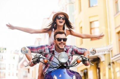 ragazzi su scooter corrono felici