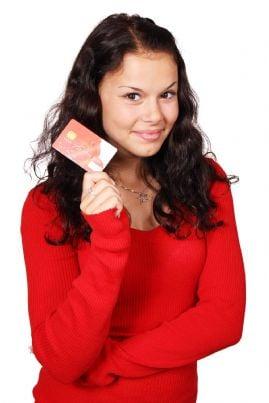 ragazzina con carta di credito in mano