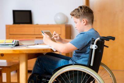 ragazzo disabile su una sedia a rotelle