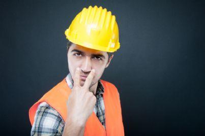 lavoratore con casco che fa attenzione