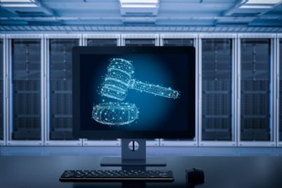martello e computer per concetto di reato informatico