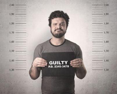 uomo colpevole con cartello