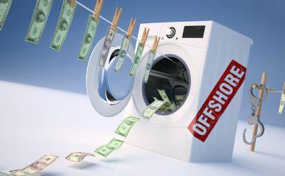 lavatrice con soldi puliti appesi simbolo di riciclaggio denaro e offshore