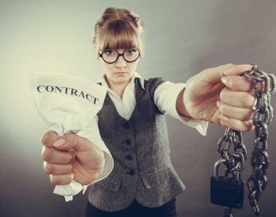 donna che si libera da catene con contratto strappato evoca recesso contratto