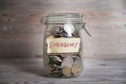 soldi in barattolo con scritto emergenza