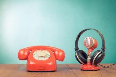 telefono e registratore con cuffie retrò