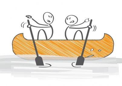 due persone remano per parti opposte a causa di conflitto di interessi