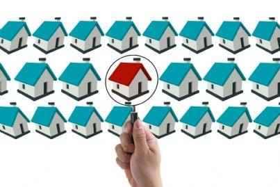 lente che guarda varie case a fini acquisto o residenza
