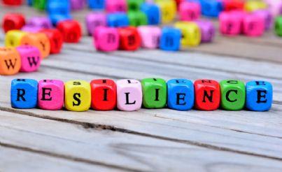 cubi colorati con parola resilienza