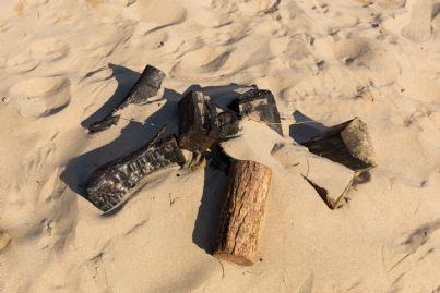 resti di un falo in spiaggia