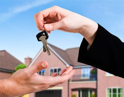 mano che restituisce chiavi di casa