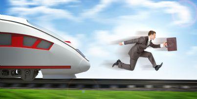 uomo che corre veloce quanto il treno per tornare a casa evoca rientro cervelli