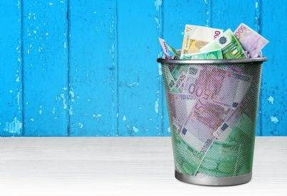 soldi nel cestino dei rifiuti