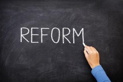 la parola riforma scritta col gesso su una lavagna