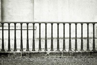 ringhiera in ferro battuto su muro