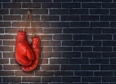 guantoni boxe appesi evoca la rinuncia a difendersi