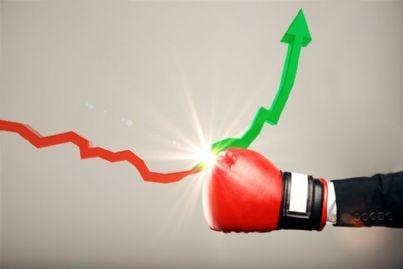 pugno con guantone su freccia rossa che diventa verde per shock concetto di ripresa