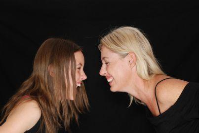 una donna e una bambina che ridono