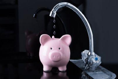 gocce di acqua che finiscono in salvadanaio per risparmi
