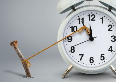 orologio che segna ritardo