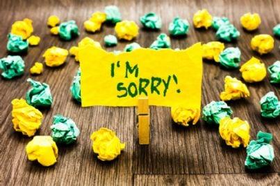 cartello di scuse con carta appallottolata