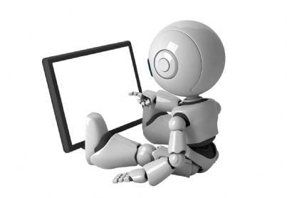 Piccolo robot che lavora al pc