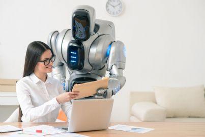 robot che aiuta avvocato donna in studio