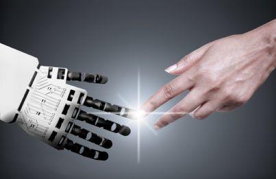 robot che stringe mano umana