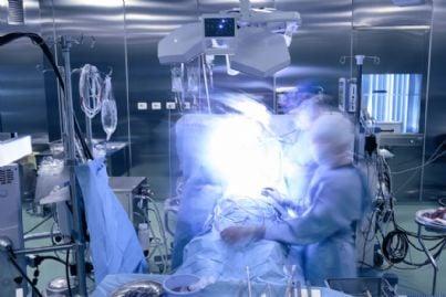 sala operatoria durante intervento chirurgico