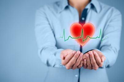 donna mostra cuore simbolo salute e polizza sanitaria