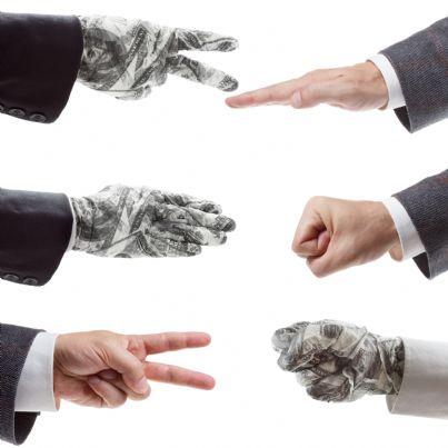 mani che giocano a sasso carta forbice concetto mediazione business