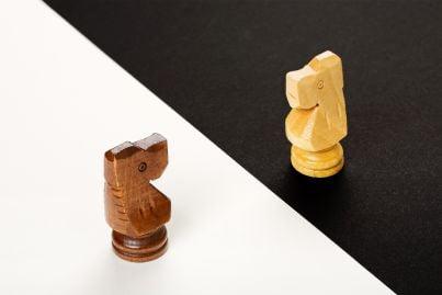 pezzi di scacchi di fronte in conflitto di interessi