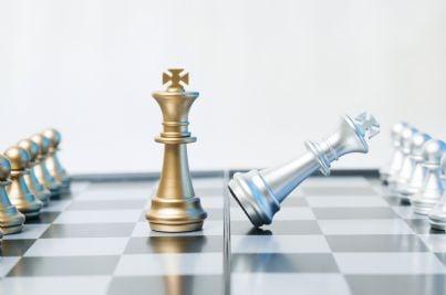 mediazione fallita con re che perde su scacchiera