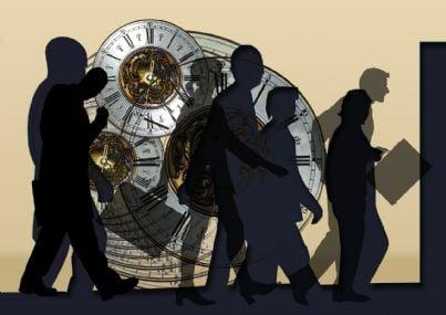 Uomini d'affari su uno sfondo che rappresenta degli orologi simbolo del tempo