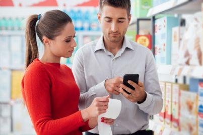 coppia che controlla scontrino della spesa