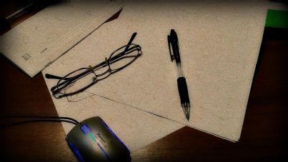penna e occhiali su scrivania