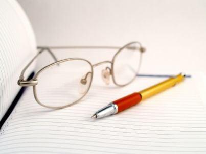 scrittore occhiali penna